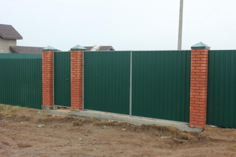 забор из кирпичных столбиков